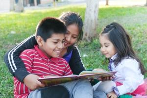 3 Latino children reading
